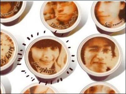 Cadena de cafeterías crea impresora que plasma imagen desde el móvil a la espuma del café