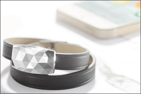 Louis Vuitton diseña una pulsera que te sugiere usar gorro, lentes o bloqueador según la radiación solar