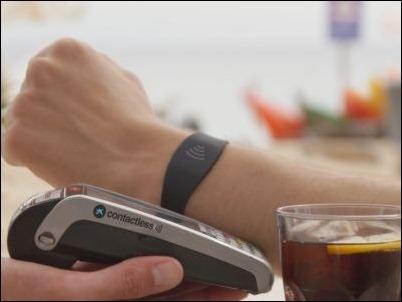 """CaixaBank lanza la primera pulsera Visa contactless para hacer pagos con la """"muñeca"""""""