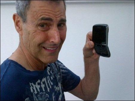 """Un mago israelí explica por qué """"se dobla"""" el iPhone 6 de Apple"""
