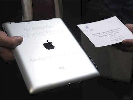 Subastan el iPad del Padre Francisco por 30.000 dólares