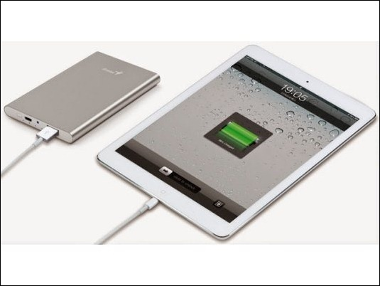 Genius presenta baterías portátiles con linterna