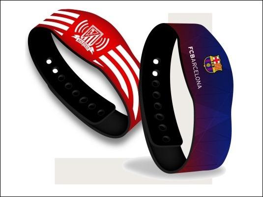 CaixaBank presenta las primeras pulseras Visa contactless con la imagen oficial del F.C. Barcelona y del Atlético de Madrid
