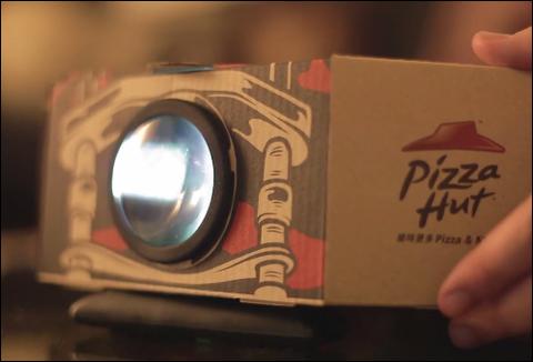 Pizza Hut lanza caja que se convierte en proyector