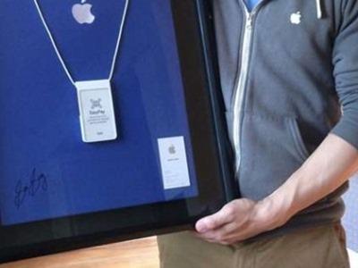 Exempleado de Apple llamado Sam Sung subasta su tarjeta
