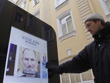 Empresa rusa desmantela monumento a Steve Jobs tras declararse Tim Cook gay